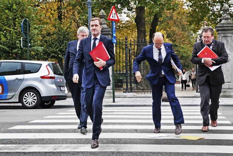 Nochtans, wij kunnen het niet vaak genoeg herhalen: ónze Vlaamse leeuw heeft geen enkele ideologische bijbedoeling en al helemaal geen partijkaart. De Vlaamse volksbeweging ijvert enkel voor een onafhankelijk Vlaanderen. Niet tegen Walen, niet tegen Franstaligen, niet tegen andere volkeren of groepen binnen onze gemeenschap – maar vreedzaam en inclusief, vóór Vlaanderen. Méér en betere democratie en een bestuur dat dichter aansluit bij de wil van de natie die het vertegenwoordigt. Tegen onrechtvaardige constructies zoals grendelwetten, alarmbellen en blokkeringsminderheden. Tegen ontransparante transfers. Maar vóór samenwerking met andere volkeren. Vlaanderen is geen eiland in de wereld.